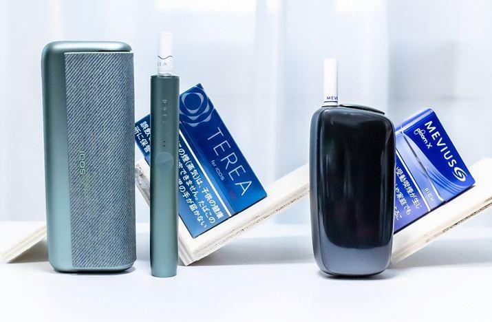 次世代加熱式タバコのフラッグシップモデル2機種。左が、PMJの「アイコス イルマ プライム」で、右がJTの「プルーム・エックス」